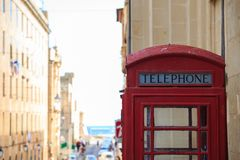 Cabina di telefono britannica rossa Svuoti, annata, contenitore sbucciato di telefono a La Valletta, Malta Copyspace, fine sulla  immagine stock
