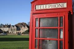 Cabina di telefono su verde di villaggio Fotografie Stock Libere da Diritti
