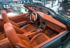 Cabina di un cabriolet di Porsche 911 Carrera 4S dell'automobile sportiva fotografia stock libera da diritti