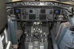 Cabina do piloto de um avião do cityhopper do klm no aeroporto de schiphol Imagens de Stock