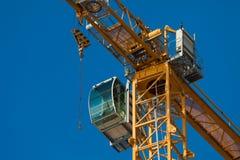 Cabina do piloto de um guindaste de construção moderno Foto de Stock