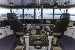 Cabina do piloto de um navio de recipiente enorme Fotografia de Stock Royalty Free