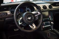 A cabina do piloto de uma edição do aniversário de Ford Mustang 50th do carro de pônei Imagem de Stock