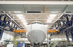 Cabina do piloto do avião no salão do reparo de aviões Imagens de Stock Royalty Free