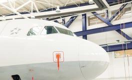 Cabina do piloto do avião no salão do reparo de aviões Foto de Stock Royalty Free