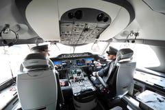Cabina do piloto moderna de Qatar Airways Boeing 787-8 Dreamliner em Singapura Airshow foto de stock royalty free