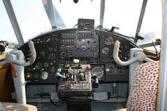 Cabina do piloto velha do avião imagens de stock