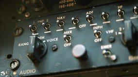 Cabina do piloto velha do rádio do avião filme