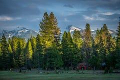 Cabina e montagna rosse di Brokeoff, California del Nord Immagini Stock