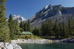 Cabina e montagna sul lago Minnewanka Fotografia Stock Libera da Diritti