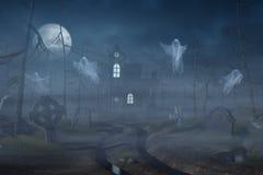 Cabina e un cimitero in una foresta spettrale alla notte Fotografia Stock