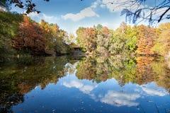 Cabina en el lago con colores de la caída Imagen de archivo libre de regalías
