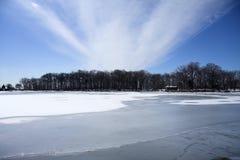 Cabina en el lago congelado fotografía de archivo libre de regalías