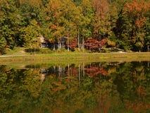 Cabina en el lago de la montaña Fotografía de archivo libre de regalías