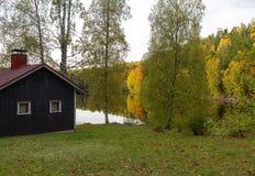 Cabina en el lago en una tarde del otoño imágenes de archivo libres de regalías