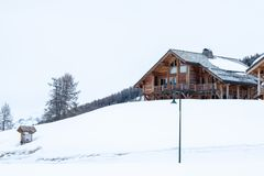 Cabina en la nieve imagenes de archivo
