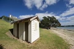 Cabina en la playa de Nueva Zelandia Fotos de archivo libres de regalías