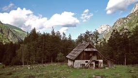 Cabina en las montañas europeas, kot de Robanov, Eslovenia de la montaña almacen de video