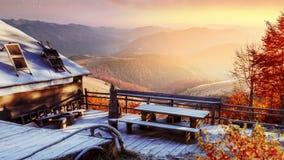 Cabina en las montañas en invierno Niebla misteriosa Luz del sol fantástica por la mañana Días fantásticos de noviembre En almacen de metraje de vídeo