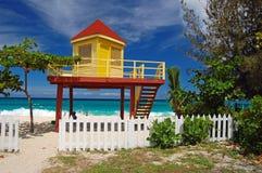 Cabina gialla e rossa del bagnino sulla grande spiaggia di Anse Fotografia Stock Libera da Diritti