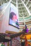 Cabina grande de la pantalla y del pavo real del diwali en Suria KLCC, Kuala Lumpur, Malasia Foto de archivo libre de regalías