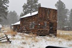 Cabina histórica de los mineros en una tormenta de la nieve Imagen de archivo libre de regalías