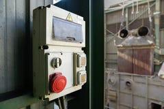 Cabina industrial de la electricidad con el botón de paro rojo Imágenes de archivo libres de regalías