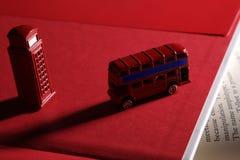 Cabina inglesa del omnibus y de teléfono foto de archivo