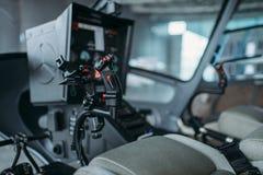 Cabina interior del helicóptero, panel de control, nadie imagenes de archivo