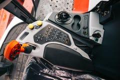 Cabina interna della macchina della mietitrice, pannello di controllo, leve, nuovo interno moderno del veicolo del trattore agric fotografie stock libere da diritti