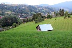 Cabina isolata su una collina verde Fotografie Stock