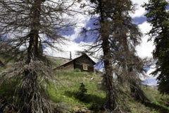 Cabina nelle montagne fotografie stock