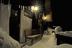 Cabina nelle montagne alla notte Fotografie Stock