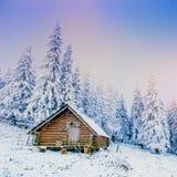 Cabina nelle montagne nell'inverno Fotografia Stock Libera da Diritti