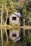 Cabina ocultada de la orilla del lago Imágenes de archivo libres de regalías