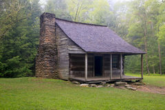 Cabina rústica de la montaña ahumada Imagen de archivo