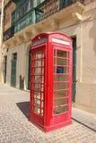 Cabina roja del teléfono en Marsaxlokk, Malta imágenes de archivo libres de regalías