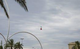 Cabina roja en el cablecarril Teleférico rojo en el cielo de Barcelona, España fotos de archivo