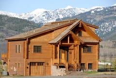 Cabina roja grande en las montañas Imagen de archivo libre de regalías