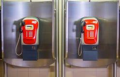 Cabina rossa del telefono pubblico due sulla stazione della metropolitana immagini stock libere da diritti