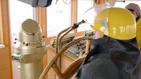 Cabina senior di capitano della timoniera della nave del manzo della donna archivi video