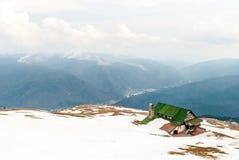 Cabina sopra la montagna nell'inverno fotografie stock