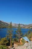 Cabina su un lago della montagna Immagini Stock Libere da Diritti