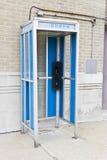 Cabina telefonica abbandonata II immagine stock
