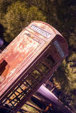 Cabina telefonica all'aperto obsoleta d'annata obliqua verso sud-ovest rurale Immagini Stock Libere da Diritti