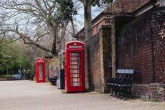 Cabina telefonica britannica rossa classica nel Regno Unito Immagine Stock Libera da Diritti