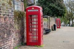 Cabina telefonica britannica rossa classica nel Regno Unito Fotografia Stock Libera da Diritti