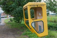 Cabina telefonica gialla immagini stock
