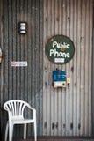 Cabina telefonica pubblica alla stazione di un'entroterra in Australia immagini stock libere da diritti