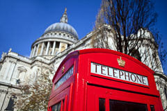 Cabina telefonica rossa fuori della cattedrale di St Paul a Londra Fotografia Stock Libera da Diritti